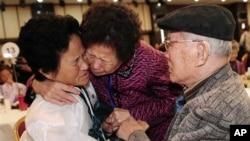 Seorang anak perempuan warga Korea Utara (kir) saat bertemu orangtuanya warga Korea Selatan dalam reuni keluarga di Korea Utara (foto: dok).