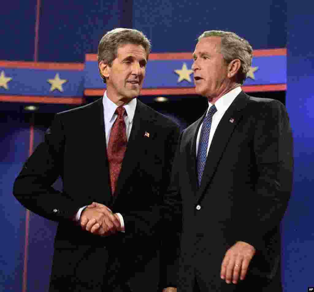 Năm 2004, Tổng thống George W. Bush chào hỏi ứng cử viên đối thủ John Kerry sau khi tranh luận buổi đầu tiên tại trường đại học Miami, Florida, 30/9/2004. (AP Photo/Gerald Herbert)