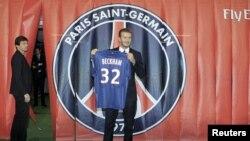 David Beckham presenta su nueva camiseta del París St-Germain.