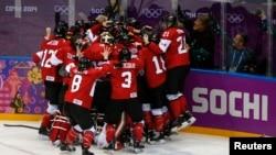 Ðội khúc côn cầu nữ Canada hạ đội Mỹ với tỉ số chung cuộc 3-2 trong trận chung kết tranh huy chương vàng tại Sochi, ngày 20/2/2014.