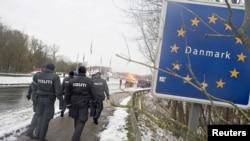 Polisi perbatasan sedang berpatroli di sekitar perbatasan Denmark-Jerman di Krusaa, Denmark, 9 Januari 2016 (Foto: dok).