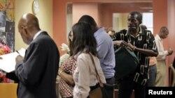 纽约市人们排队等候作求职咨询