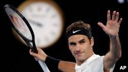 Petenis Swiss Roger Federer merayakan kemenangan setelah mengalahkan Tomas Berdych dari Republik Cheko di laga perempat final Australia Terbuka, di Melbourne, Australia, 24 Januari 2018.