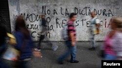 Graffiti en una pared del distrito de Chacao en Caracas, donde continúan las protestas.