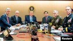 Predsednik Donald Tramp sa zvaničnicima prati operaciju u kojoj je poginuo lider Islamske države Abu Bakr al-Bagdadi ( Foto: Shealah Craighead/Bela kuća)