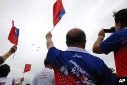 民眾欣賞台灣空軍國防表演時,揮舞中華民國國旗