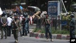 Avganistanske bezbednosne snage ispred aerodroma u Kabulu posle samoubilačkog napada, 10. avgust 2015.