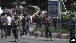 10일 테러 공격이 발생한 아프가니스탄 카불의 국제공항 입구에서 정부군이 현장을 검문하고 있다.
