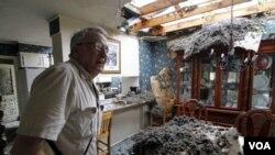 Un tornado destruyó parte del techo de esta casa en Mississippi.