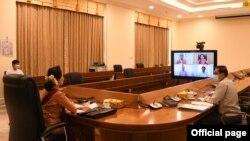 ႏိုင္ငံေတာ္ အတိုင္ပင္ခံပုဂၢိဳလ္ ေဒၚေအာင္ဆန္းစုၾကည္ ရခိုင္ျပည္နယ္အတြင္း COVID-19 ကာကြယ္၊ ထိန္းခ်ဳပ္၊ ကုသေရးႏွင့္ ပတ္သက္ၿပီး ေဆြးေႏြးတဲ့ျမင္ကြင္း။ (ဓာတ္ပံု - Myanmar State Counsellor Office - ၾသဂုတ္ ၂၈၊ ၂၀၂၀)