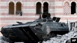 Uništeni tenk sirijske vojske u pograničnom gradu Azazu, severno od Alepa