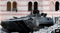 Подбитая танкетка сирийской армии на улице селения Азаз в двадцати километрах от Алеппо (архивное фото)
