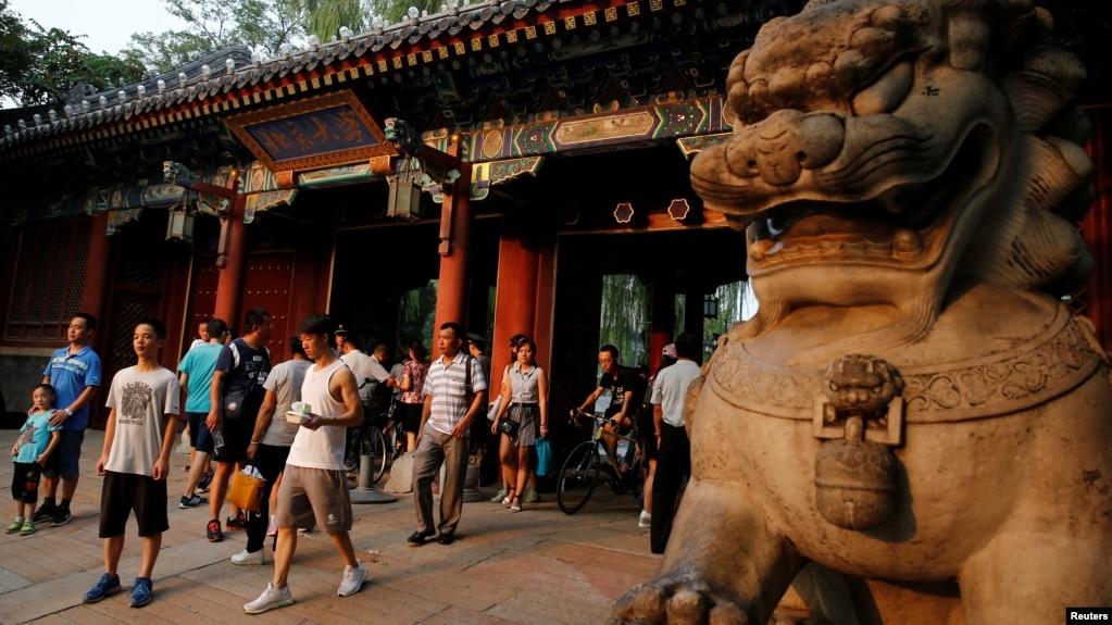 北京大学校门口的行人(2016年7月27日 路透社)