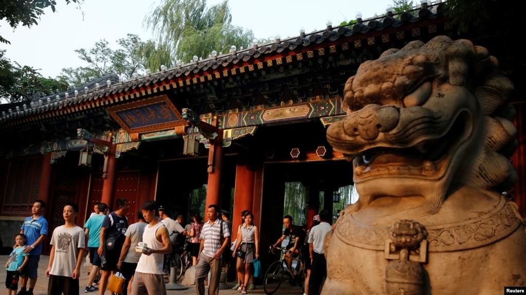 北京大学校门口的行人(2016年7月27日)