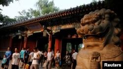 北京大学校门口的行人(资料照片)