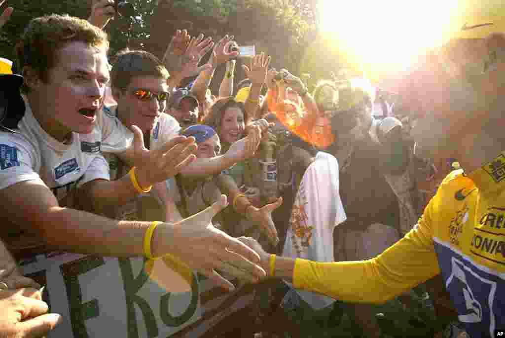 25 juillet 2004 : Armstrong saluant les fans sur les Champs Elysées, à Paris