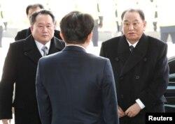 Potpredsednik Centralnog komiteta severnokorejske vladajuće partije, Kim Jong Čol i Ri Son Kvon, predsednik Komiteta za mirno ujedinjenje otadžbine stižu u Seul, Južna Koreja, 25. februara 2018.