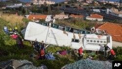 امدادی کارکن پرتگال میں حادثے کا شکار ہونے والی بس سے زخمیوں کو نکال رہے ہیي۔ 17 اپریل 2019