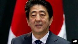Ông Abe đưa ra đề xuất tổ chức 'Olympic Người máy' trong chuyến tham quan hai nhà máy chế tạo robot ở Tokyo và Saitama.