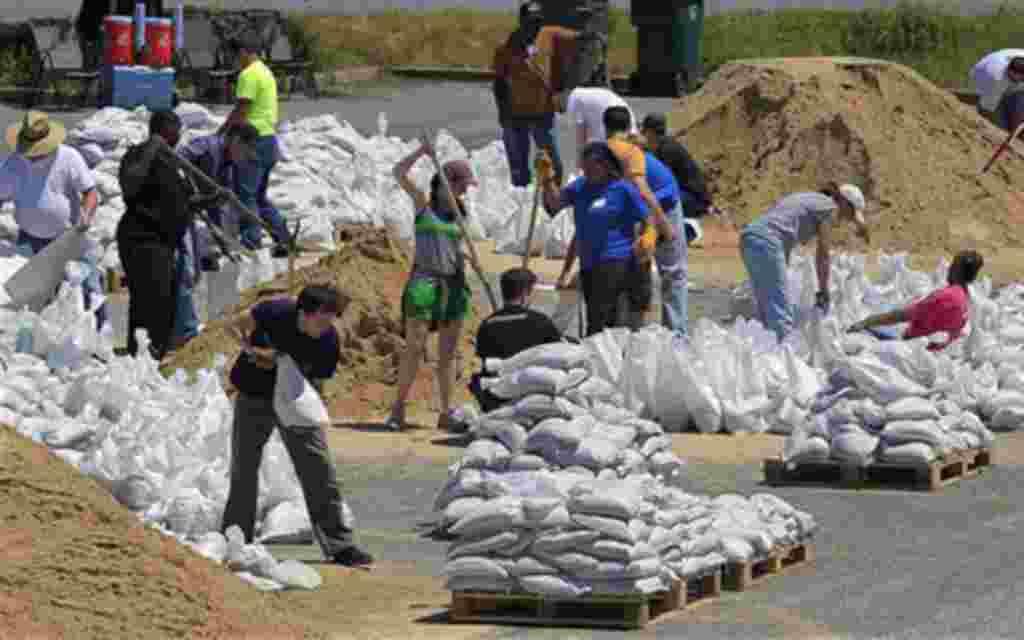 Los voluntarios llenan sacos de arena en la arena para preparar una pirámide ante la crecida del río Mississippi, en Memphis, Tennessee, 4 de mayo 2011.
