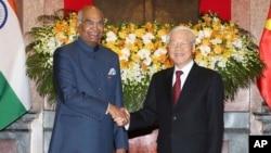 印度总统科文德(左)与越南国家主席阮富仲在河内举行会谈前握手。(2018年11月20日)