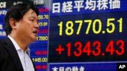 Bảng điện tử thông báo các chỉ số chứng khoán ở Tokyo ngày 9/9/2015. Chỉ số thị trường chứng khoán Nhật giảm 2% vào lúc đóng cửa hôm thứ Sáu.
