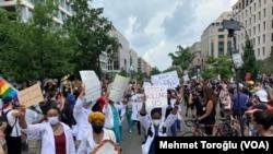 6 Haziran 2020 - Washington, DC'deki ırkçılık karşıtı protestolara katılan sağlık çalışanları