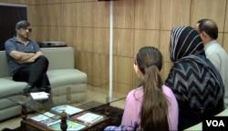 Penerima Penghargaan Pengungsi Nansen UNHCR 2015, Aqeela Asifi, berbicara pada wartawan VOA, Ayaz Gul, 15 September 2015.