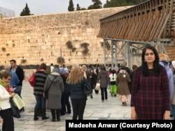 دیوار ِگریہ میں خواتین کے حصے کے باہر