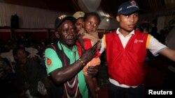 Petugas Palang Merah Indonesia membantu warga mengungsi dari wilayah yang diduduki oleh kelompok bersenjata dekat tambang tembaga Grasberg yang dikelola oleh Freeport McMoRan Inc, di Mimika, Provinsi Papua, 17 November 2017 lalu (foto: ilustrasi).