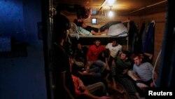 Трудовые мигранты из Таджикистана смотрят телефизор после работы на местном рынке в Подмосковье (архивное фото)