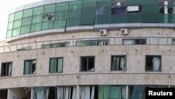 Sebuah bangunan rumah sakit bersalin di Stepanakert, Nagorno-Karabakh tampak rusak akibat serangan artileri (28/10).