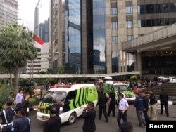 Ambulans berdatangan untuk menangani korban setelah laporan lantai selasar di dalam gedung Bursa Efek Indonesia ambruk, Jakarta, 15 Januari 2018.