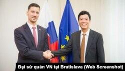 Đại sứ Dương Trọng Minh (phải) và Quốc vụ khanh Slovakia Lukas Parizek.