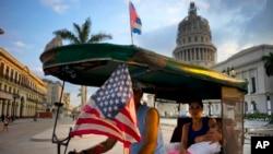 하바나의 한 택시가 오바마 대통령의 방문을 앞두고 미 성조기를 달고 있는 모습