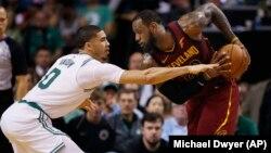 LeBron James des Cleveland Cavaliers, à droite, contre Jayson Tatum des Boston Celtics, finale de la Conférence Est, Boston, le 13 mai 2018.