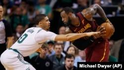 Džejson Tejtum (Boston) čuva Lebrona Džejmsa (Klivlend) u prvoj utakmici finala Istočne konferencije NBA plej-ofa (Foto: AP/Michael Dwyer) )