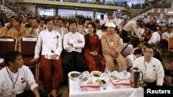 8일 버마의 888 민중 항쟁 25주년 기념식에 참석한 버마 집권당 인사들과 아웅산수치 여사(가운데).