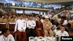 缅甸民主运动领袖昂山素季(中)和参加88起义的学生领袖8月8日在仰光出席纪念88起义活动。(2013年8月8日)
