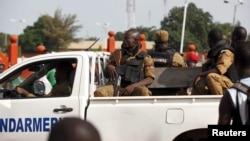 Une jeep de la gendarmerie avance une rue de Ouagadougou, Burkina Faso