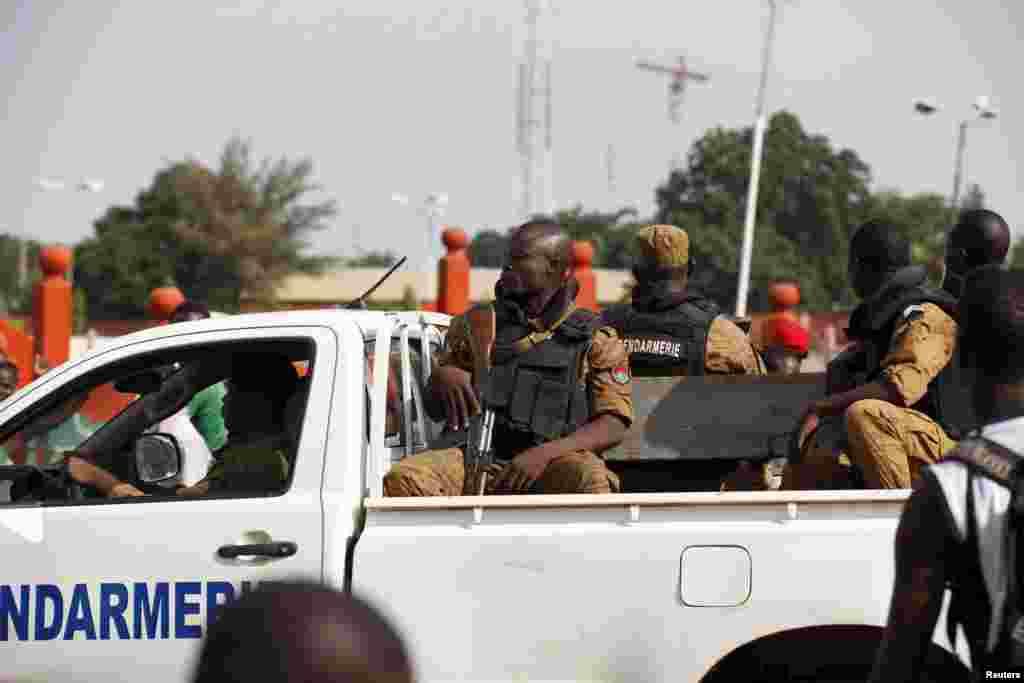 Gendarmes drive by anti-coup protesters in Ouagadougou, Burkina Faso, September 22, 2015. REUTERS/Joe Penney - RTX1RTOJ