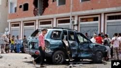 23일(현지시간) 연쇄 자살폭탄 공격이 발생한 예멘 남부 도시 아덴 시민들이 사건 현장에 모여들고 있다.