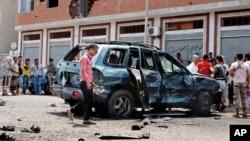 Warga berkumpul di TKP bom bunuh diri di kota Aden, Yaman.