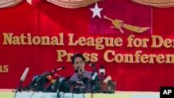 ຜູ້ນຳຝ່າຍຄ້ານ ທ່ານນາງ Aung San Suu Kyi ຖະແຫລງຕໍ່ ກອງປະຊຸມບັນດານັກຂ່າວ ທີ່ບ້ານພັກຂອງ ທ່ານນາງ.