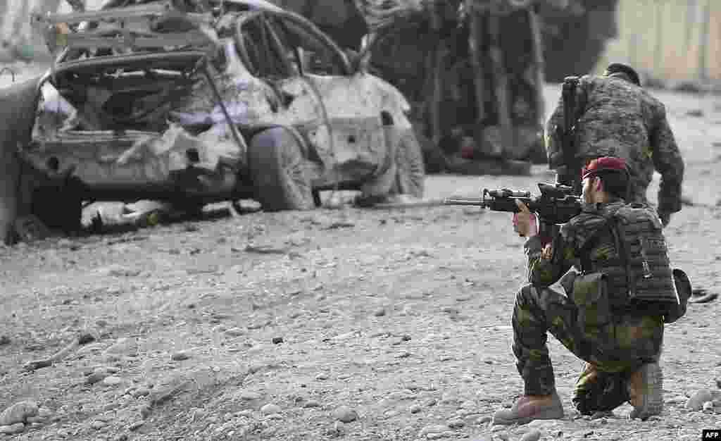 Binh sĩ Afghanistan canh gác tại hiện trường vụ tấn công tự sát tại cổng vào một sân bay ở Jalalabad, tỉnh Nangarhar, ngày 27/2/2012