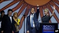 El gobernador de Buenos Aires y candidato oficialista a la presidencia de Argentina, Daniel Scioli, y su esposa Karina Rabolini, saludan a sus partidarios en el cierre de campaña, el jueves, 22 de octubre de 2015.