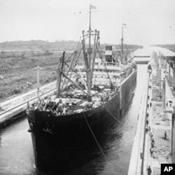 一艘船进入巴拿马运河上的船闸