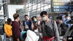 Para pelajar Indonesia dari Guangzhou, China, tiba di bandara Soekarno-Hatta, Tanggerang. (Foto: dok). Dua puluh satu WNI yang tiba di Tanah Air dari daratan China hari ini (Senin, 10/2), semuanya dinyatakan sehat dan bebas karantina.