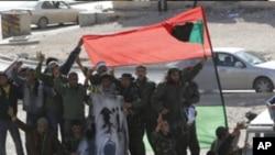 반정부 구호를 외치고있는 군인들과 시위대