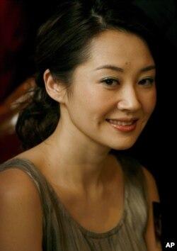 """中国演员许晴在香港的电影《导火线》(""""City With No Mercy"""")的记者会上微笑(2006年11月13日)"""